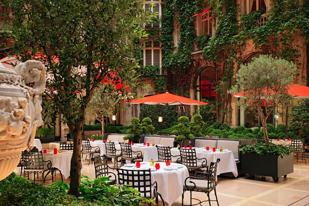 H5PE9_68677967_Plaza_Athenee_-_Cour_Jardin_-_(c)_Niall_Clutton
