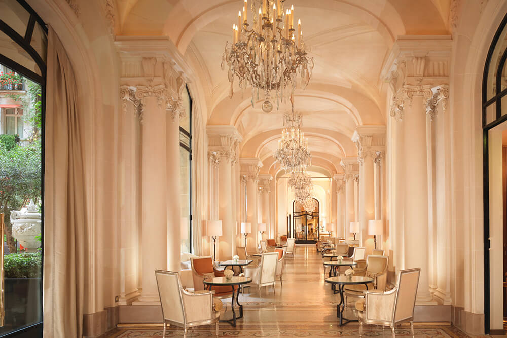 H5PE9_68677995_Plaza_Athenee_-_Galerie_-_(c)_Niall_Clutton